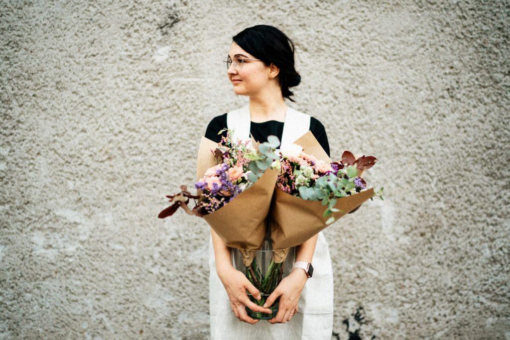 žena s pugetem květin